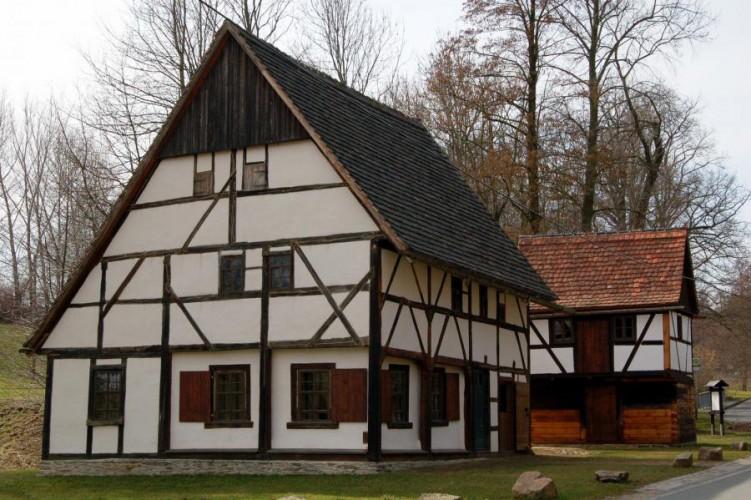 Franken, altes Haus mit Blockspeicher
